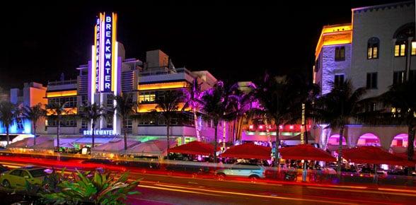 Ocean Drive durante a noite em Miami