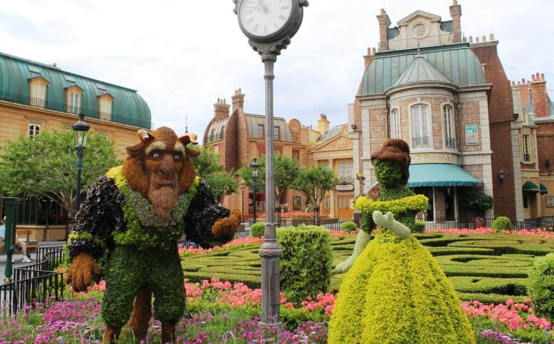 Escultura da Bela e a Fera com plantas na Disney