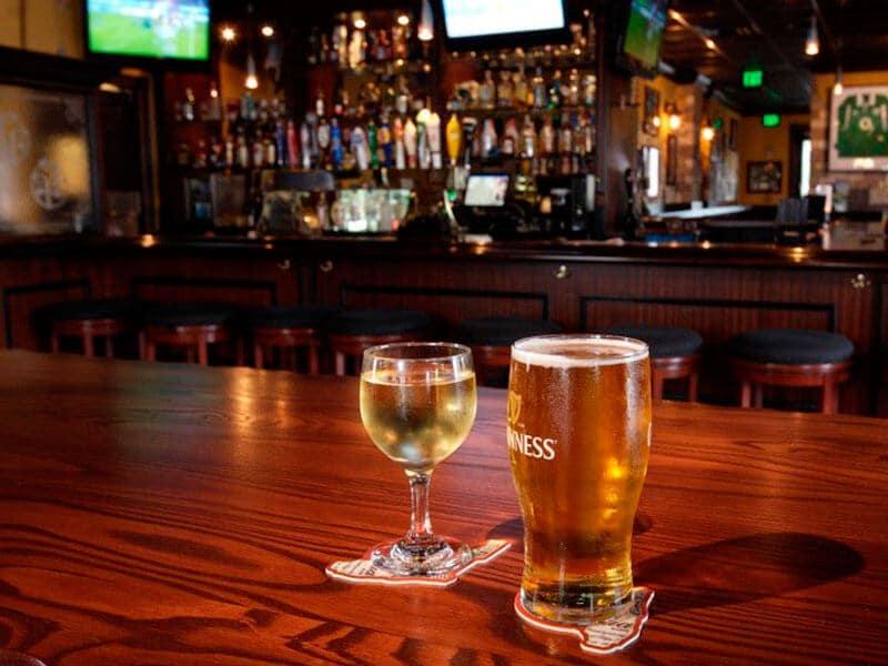 Cervejas no Pub Irlandês Frankie Farrell's em Orlando
