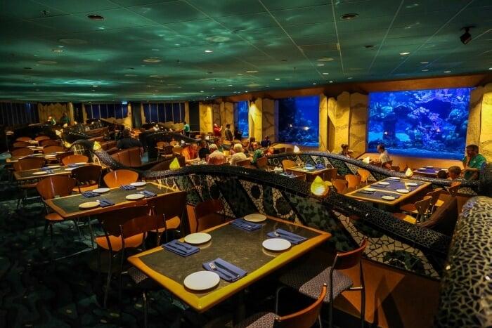Interior do restaurante Coral Reef no Epcot em Orlando