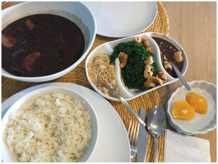 Refeição com arroz e feijão do Restaurante brasileiro Ana's Kitchen em Orlando