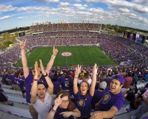 Torcida na arena e estádio Orlando City Soccer - Futebol