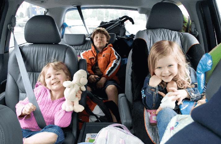 Cadeirinha para crianças no carro no aeroporto em Orlando