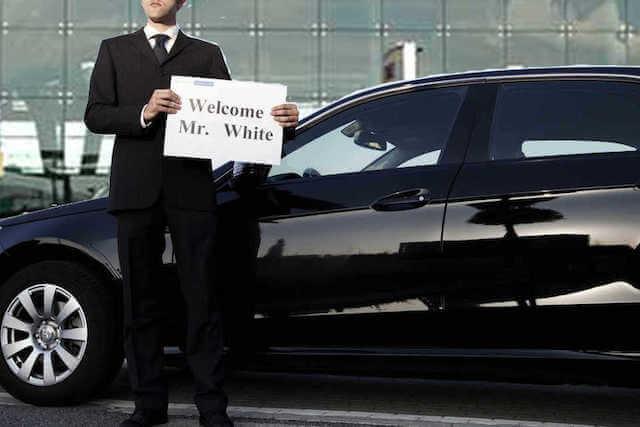 Motorista com plaquinha esperando o passageiro
