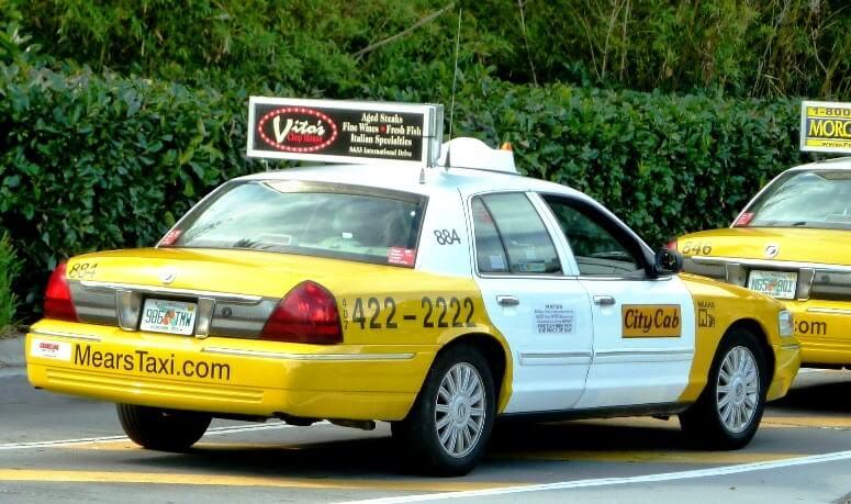 Como ir do aeroporto de Orlando até o centro turístico de táxi