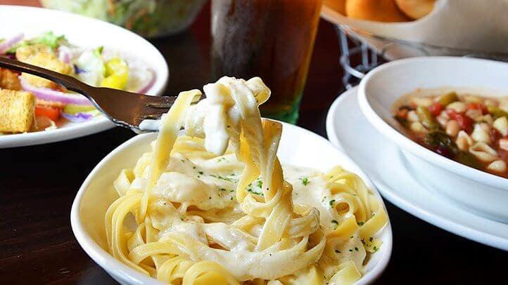 Pratos do restaurante italiano Olive Garden em Miami