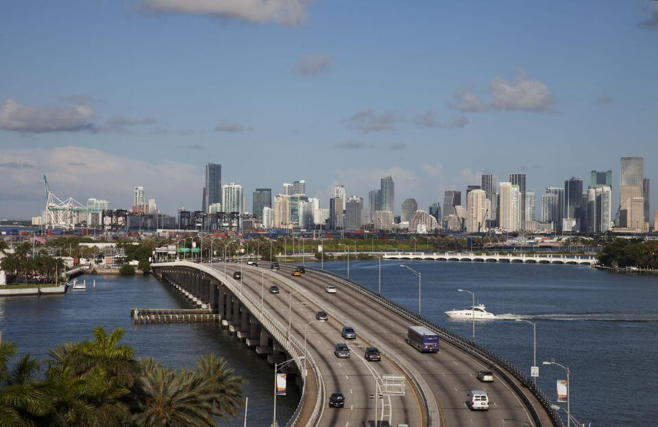 Distancia entre Miami y Orlando: carretera con coches