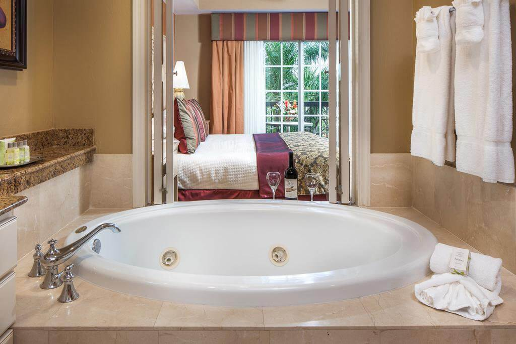 Bellasera Resort em Naples: quarto e banheiro