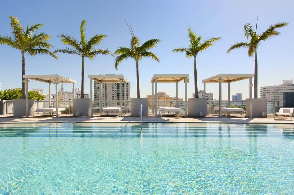 Piscina de hotel em Miami Beach