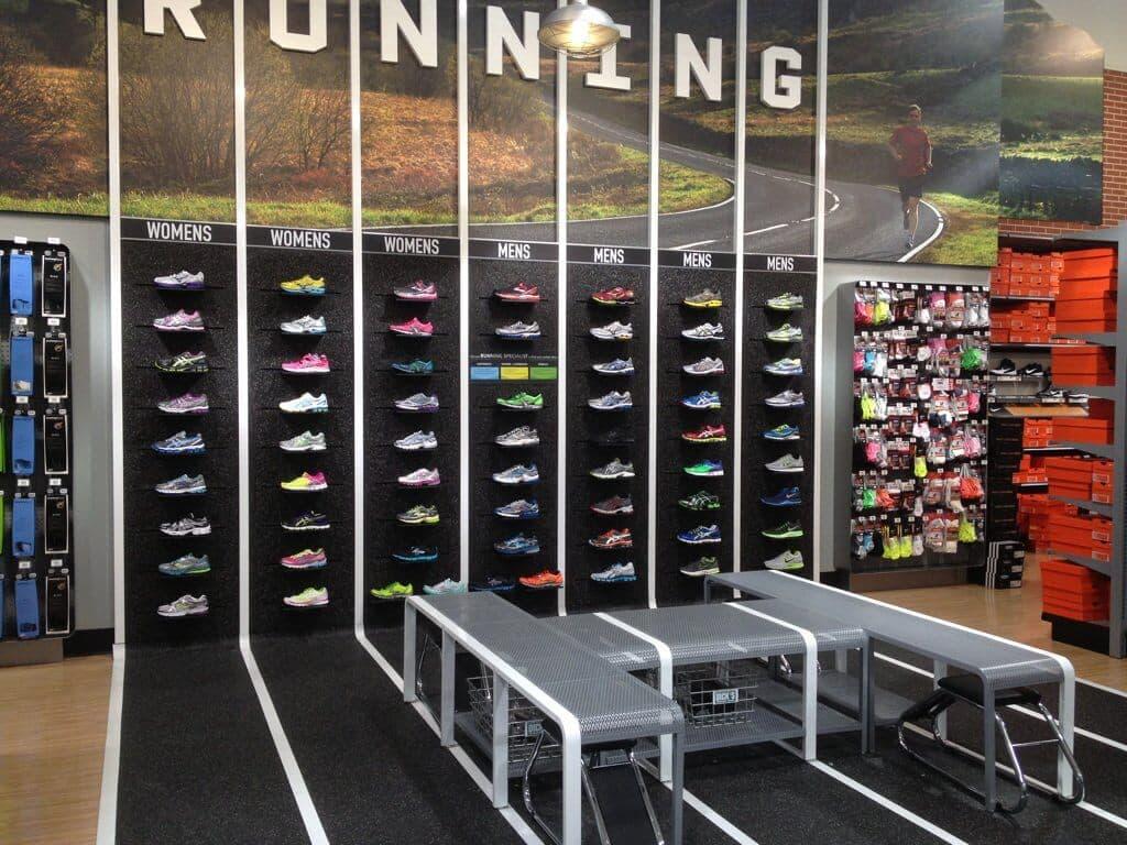 Interior e produtos da loja de esportes DICK'S Sporting Goods em Miami