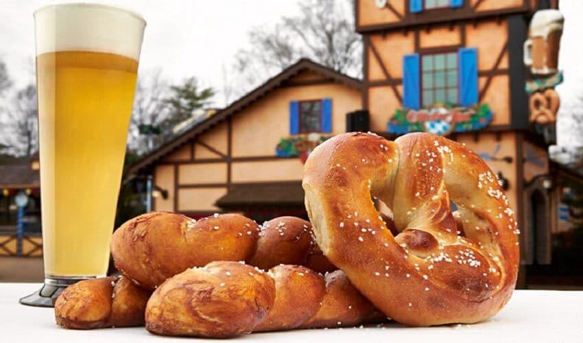 Cerveja e pretzel do Bier Fest no Busch Gardens
