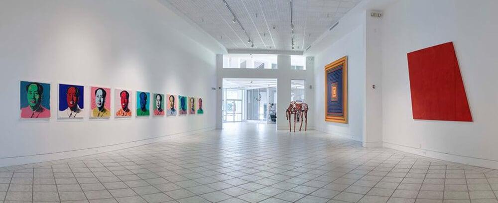 Obras de arte dentro do Lowe Art Museum em Miami