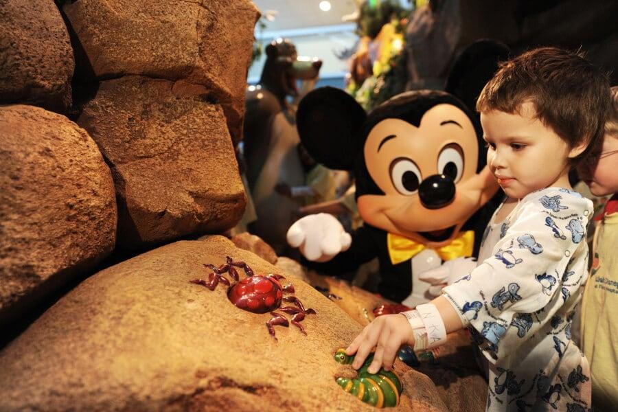 Vale a pena viajar para Orlando com crianças muito pequenas: Criança com Mickey na Disney Orlando