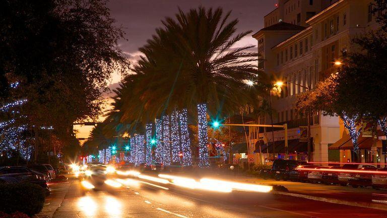 Rua Miracle Mile em Miami - noite