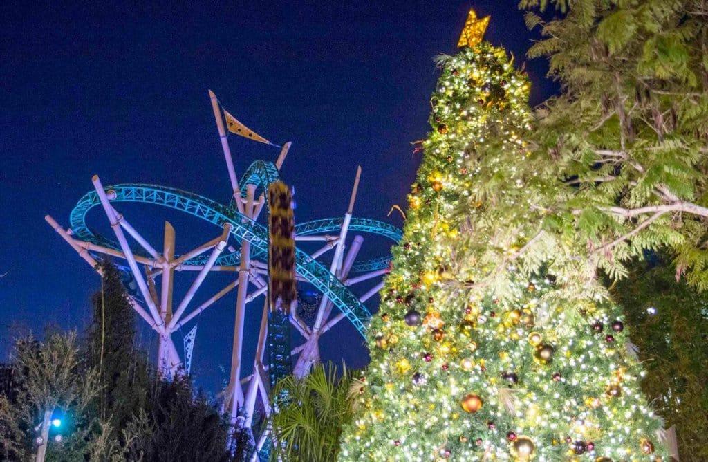 Brinquedos à noite no Natal no Busch Gardens: Christmas Town