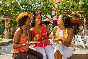 Grupo de amigas curtindo parque da Disney