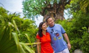 Casal curtindo parque Animal Kingdom