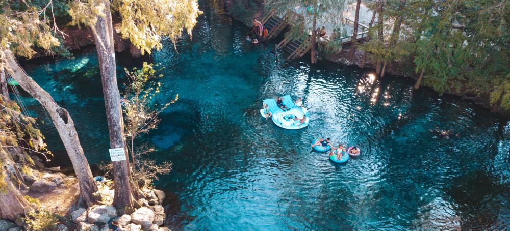 Passeio de boias nas piscinas naturais da Ginnie Springs na Flórida