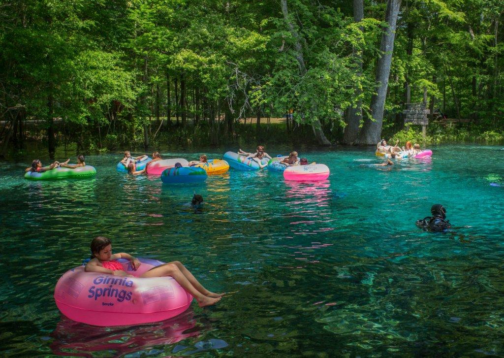 Boias nas piscinas naturais da Ginnie Springs na Flórida