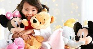 Crianças com pelúcias da Disney
