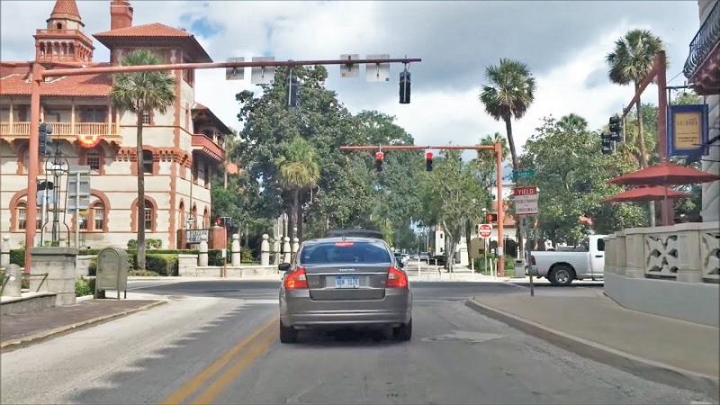 Ruas e carro em Saint Augustine