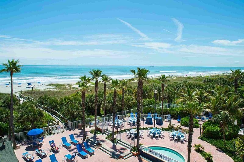 Vista de hotel para a praia de Cocoa Beach