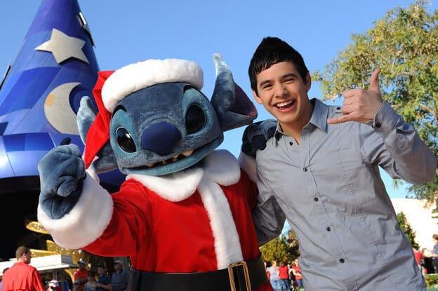 Jovem adolescente no Natal da Disney