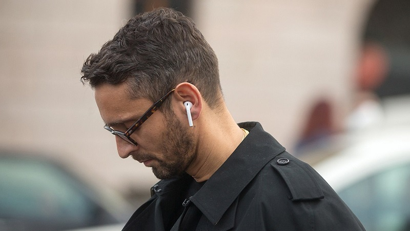 Fones de ouvido AirPods da Apple em uso