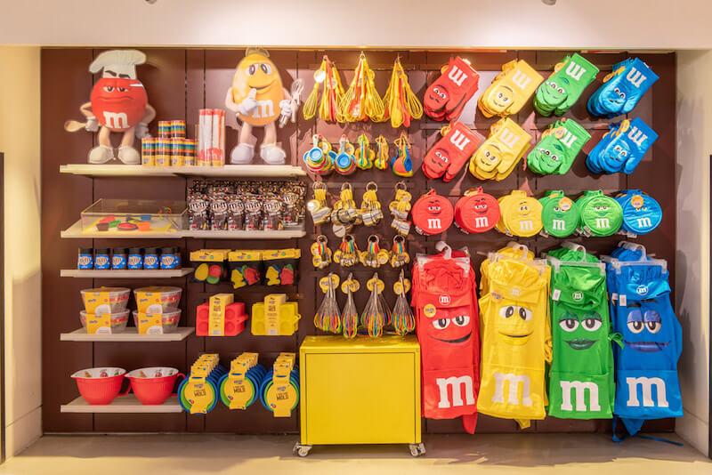 Produtos da loja M&M's na Disney Springs em Orlando