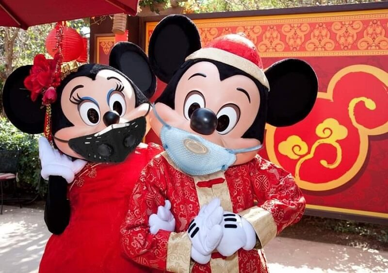 Mickey e Minnie de máscaras