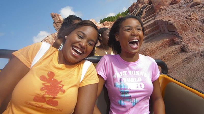 Adolescentes em montanha-russa na Disney